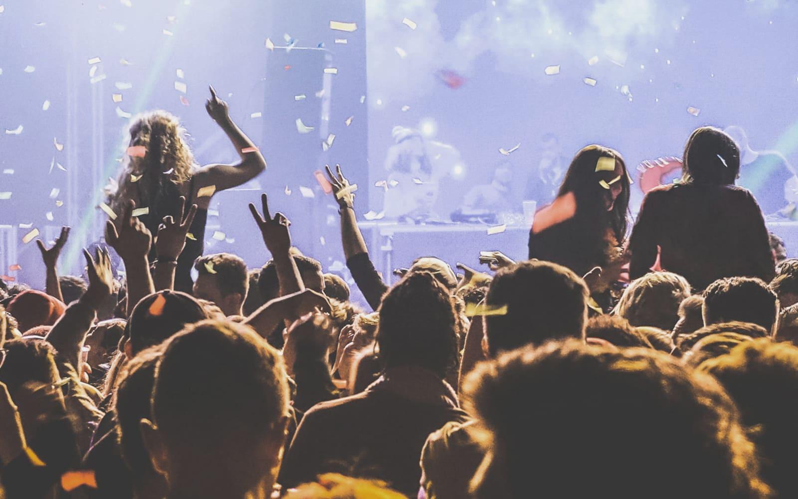 Jlenia Costner - Rauschende Feste feiern